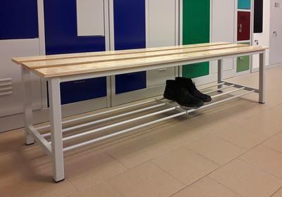 Öltözőpad rétegelt lemez üléssel, cipőtartóval